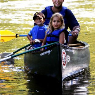 father and two kids in canoe on Delaware Indian Head Canoeing Rafting Kayaking Tubing Delaware River